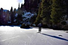 scating在湖的冰 库存照片