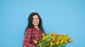 Scatola allegra della tenuta del fiorista della giovane donna dei tulipani video d archivio