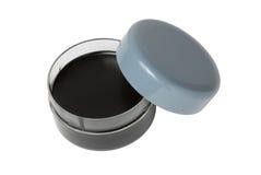 Scatola aperta con una crema della scarpa (cera) Immagini Stock