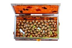 Scatola arancio di Miror riempita di perle dorate Immagini Stock Libere da Diritti
