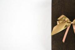 Scatola attuale con l'arco dorato Immagine Stock Libera da Diritti