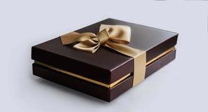 Scatola attuale di terracotta con il nastro dell'oro Immagini Stock