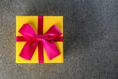 Scatola attuale gialla su fondo scuro, concetto di feste della cartolina d'auguri Concetto 2018 di Natale, di natale e del nuovo  Immagini Stock Libere da Diritti