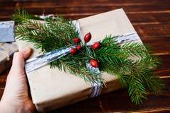 Scatola attuale per la decorazione di Natale con l'albero di natale su di legno Immagini Stock
