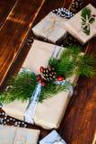 Scatola attuale per la decorazione di Natale con l'albero di natale su di legno Fotografia Stock Libera da Diritti