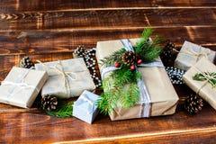 Scatola attuale per la decorazione di Natale con l'albero di natale su di legno Fotografie Stock Libere da Diritti
