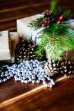 Scatola attuale per la decorazione di Natale con l'albero di natale su di legno Immagini Stock Libere da Diritti