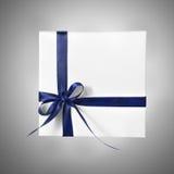Scatola bianca attuale di festa con il nastro blu su un fondo di pendenza Fotografia Stock Libera da Diritti