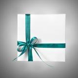 Scatola bianca isolata del presente di festa con il nastro blu su un fondo di pendenza Fotografia Stock Libera da Diritti