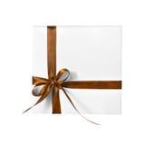 Scatola bianca isolata del presente di festa con il nastro di giallo arancio di Brown Fotografia Stock
