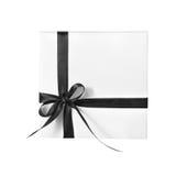 Scatola bianca isolata del presente di festa con il nastro nero Fotografie Stock