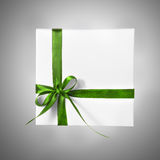 Scatola bianca isolata del presente di festa con il nastro verde su un fondo di pendenza Fotografia Stock Libera da Diritti