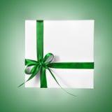 Scatola bianca isolata del presente di festa con il nastro verde su un fondo di pendenza Immagine Stock Libera da Diritti