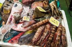 Scatola con frutti di mare crudi che vendono sul mercato Immagine Stock