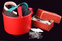 Scatola con gli accessori per cucire Fotografie Stock
