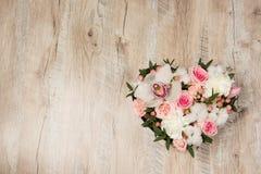 Scatola con i fiori bianchi e rosa fotografie stock