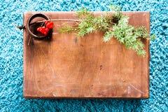Scatola con l'albero di legno di abete e di struttura sul fondo blu lanuginoso del tappeto Spazio della copia di vista superiore Immagine Stock