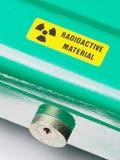 Scatola con l'autoadesivo d'avvertimento e serratura che contiene i materiali radioattivi Fotografia Stock