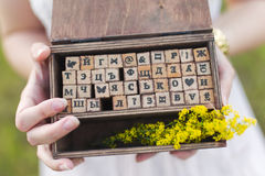 Scatola con le lettere di legno Immagini Stock