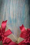 Scatola-contenitori con i presente sulla celebrazione d'annata del bordo di legno Fotografie Stock