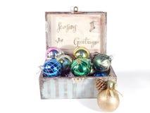 Scatola d'annata con le decorazioni di Natale Fotografia Stock Libera da Diritti