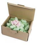 Scatola d'imballaggio con schiuma verde ed alcune rosa fotografia stock