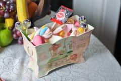 Scatola decorativa di nozze con le caramelle e le lecca-lecca colorate Immagini Stock