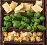 Scatola dei ravioli e del basilico della pasta Fotografia Stock Libera da Diritti