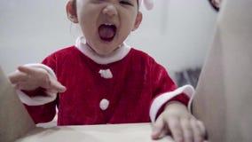 Scatola del nuovo anno del mas della x di compera aperta della scatola del bambino stock footage