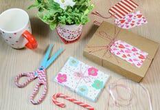 Scatola del presente di giorno di biglietti di S. Valentino e carte fatte a mano Fotografia Stock