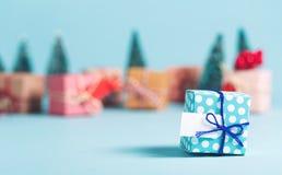 Scatola del regalo di Natale su un fondo blu Fotografia Stock