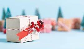 Scatola del regalo di Natale su un fondo blu Immagini Stock