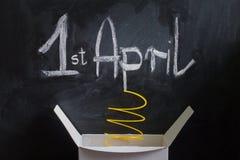 Scatola dell'estratto del giorno del pesce d'aprile con la sorpresa e lo scherzo Fotografie Stock