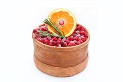 scatola della Betulla-corteccia con i mirtilli rossi e l'arancia Fotografia Stock Libera da Diritti