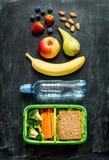 Scatola della refezione con il panino, le verdure, acqua e la frutta Immagine Stock Libera da Diritti