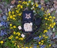 Scatola della strega con le rune bianche e le candele nere, vista superiore immagine stock