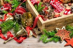 Scatola delle decorazioni di Natale con le stelle, i giocattoli e gli ornamenti Fotografie Stock