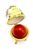 Scatola delle uova con l'uovo di Pasqua Rosso immagine stock