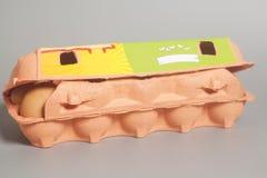 Scatola delle uova del cartone con le uova di Brown Fotografie Stock Libere da Diritti