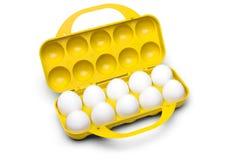 Scatola delle uova di plastica gialla con dieci uova bianche isolate con clippin Fotografia Stock