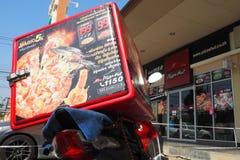 Scatola di accumulazione termica di Pizza Hut sul motociclo e sul negozio di consegna Fotografie Stock Libere da Diritti