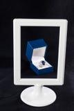 Scatola di anello blu dello zaffiro dietro la struttura bianca Fotografie Stock Libere da Diritti
