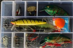 Scatola di attrezzatura di pesca per ricreazione immagini stock