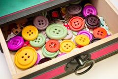 Scatola di bottoni Fotografie Stock Libere da Diritti
