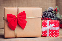 Scatola di carta di Natale con la decorazione su superficie di legno Fotografie Stock