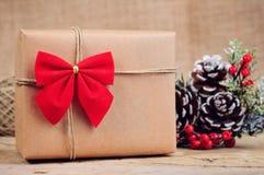 Scatola di carta di Natale con la decorazione su superficie di legno Fotografia Stock