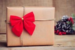 Scatola di carta di Natale con la decorazione su superficie di legno Fotografie Stock Libere da Diritti