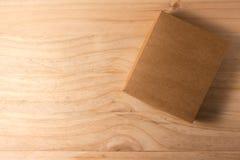 Scatola di cartone aperta su fondo di legno Immagini Stock Libere da Diritti