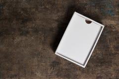 Scatola di cartone aperta su fondo di legno Fotografia Stock