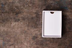 Scatola di cartone aperta su fondo di legno Fotografia Stock Libera da Diritti
